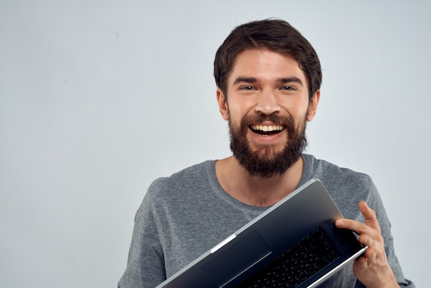 Homem alegre com tecnologia de laptop trabalha profissional de internet