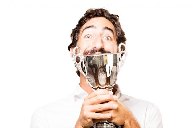 Homem alegre com um troféu