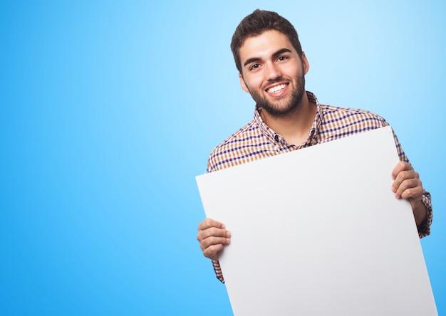 Homem alegre com uma folha de papel vazia