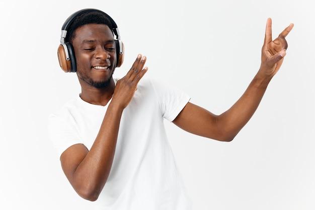 Homem alegre dançando com fones de ouvido, ouvindo música, estilo de vida. foto de alta qualidade