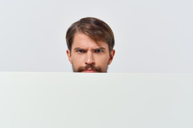 Homem alegre de terno branco mocap pôster desconto publicidade fundo isolado