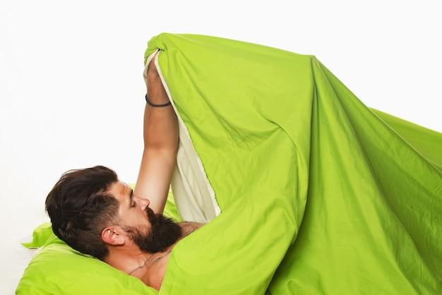 Homem alegre dormindo em uma cama