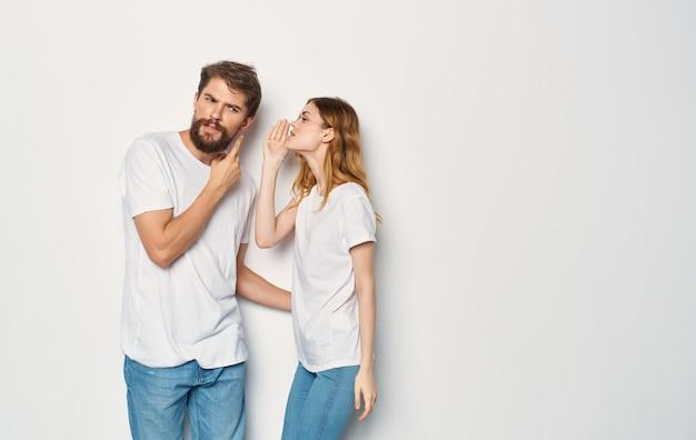Homem alegre e mulher t-shirts estúdio estilo de vida familiar.