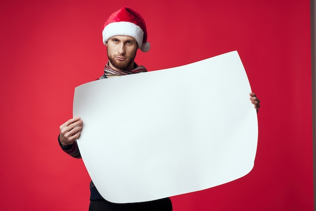 Homem alegre em um estúdio de cartaz de maquete de natal branca posando