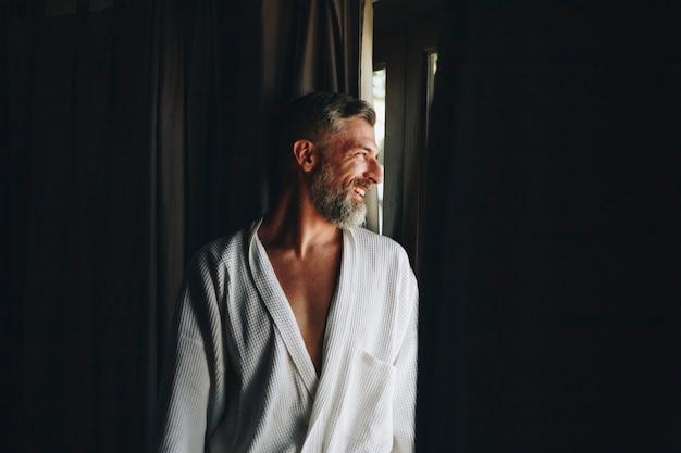 Homem alegre em um roupão de banho