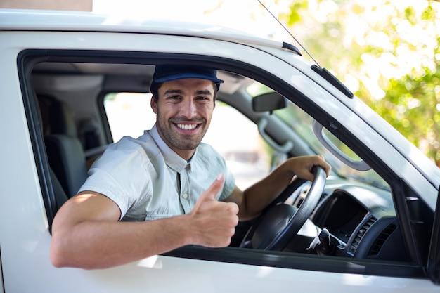Homem alegre entrega mostrando os polegares