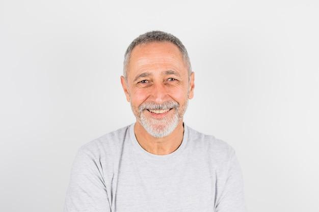 Homem alegre envelhecido em t-shirt