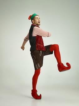Homem alegre fantasiado de elfo em movimento