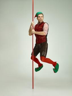 Homem alegre fantasiado de elfo