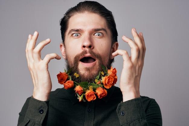 Homem alegre flores em uma decoração de presente de romance de férias barba.