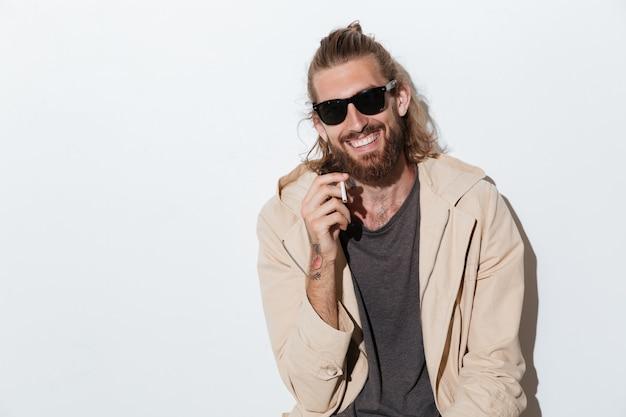 Homem alegre hipster olhando câmera isolada