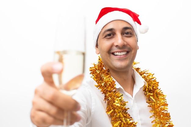 Homem alegre levantando vidro com champanhe