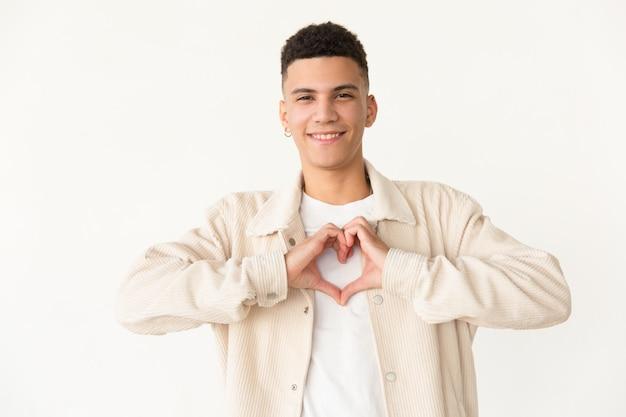 Homem alegre, mostrando o símbolo do coração de mão