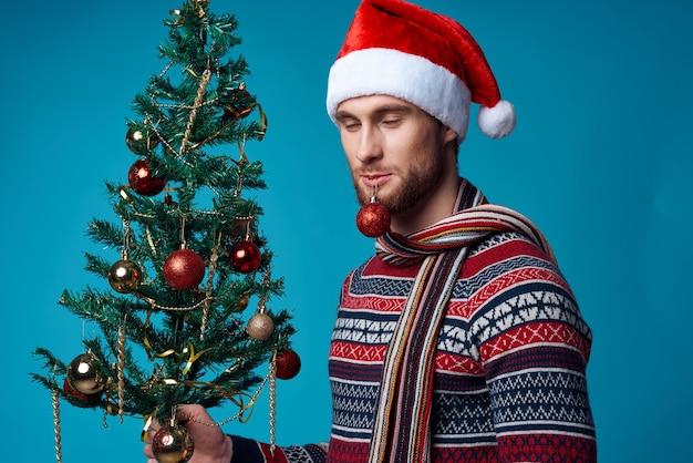 Homem alegre na decoração de roupas de ano novo natal isolado fundo