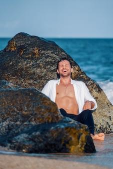 Homem alegre na praia no verão