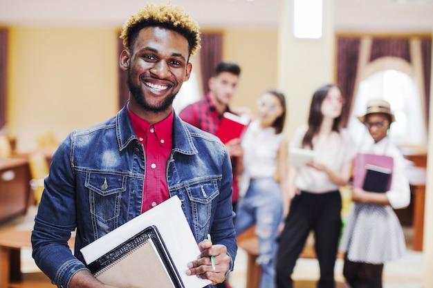 Homem alegre na sala de aula posando na câmera