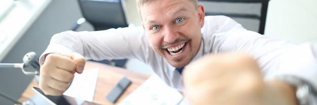 Homem alegre no local de trabalho