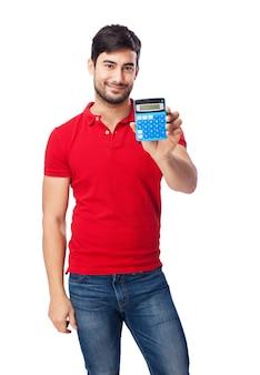 Homem alegre que mostra sua calculadora no blackground branco