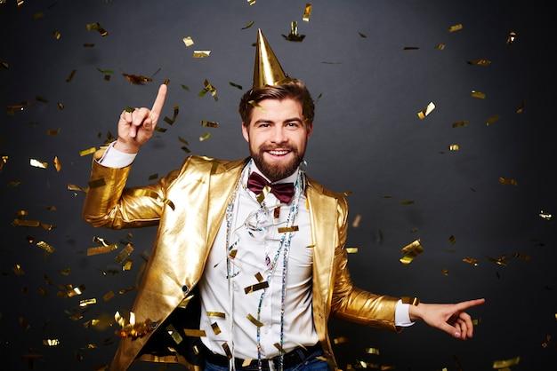 Homem alegre se divertindo na festa