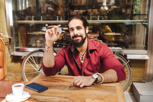 Homem alegre segurando um chip enquanto mostra a você
