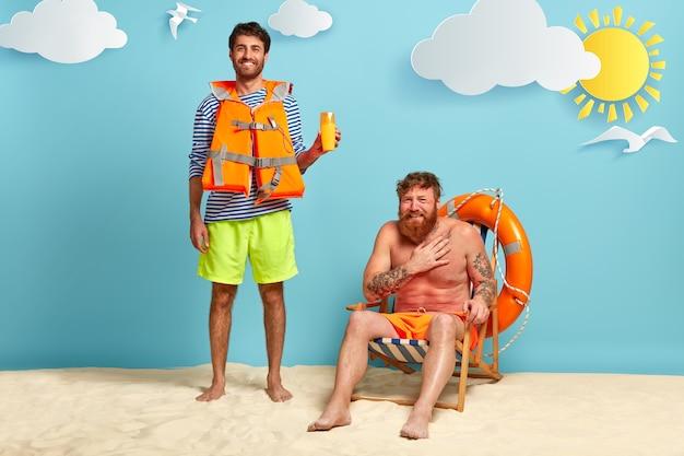 Homem alegre usa colete salva-vidas