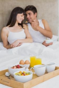Homem, alimentação, cereais café manhã, para, mulher, em, quarto
