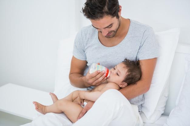 Homem, alimentação, leite, para, menina bebê