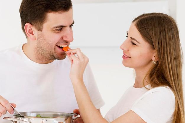 Homem alimentando mulher