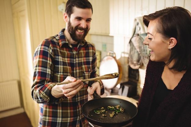 Homem, alimento alimentação, para, mulher