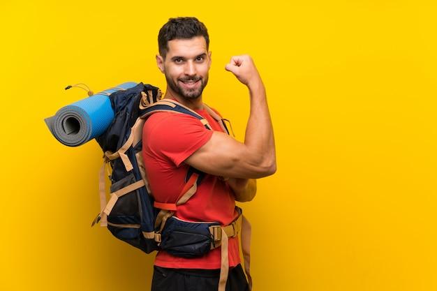 Homem alpinista fazendo gesto forte