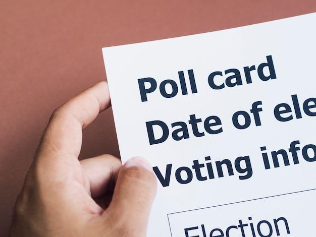 Homem alto ângulo, segurando, cartão votação