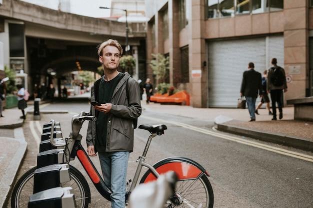 Homem alugando bicicleta