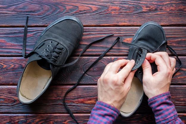 Homem amarra os sapatos