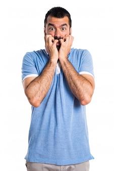 Homem amedrontado com camisa azul