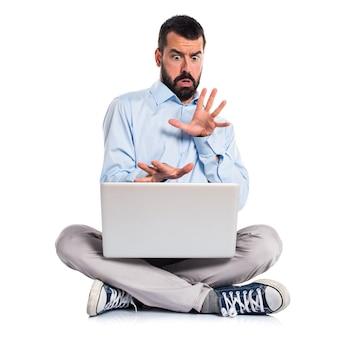 Homem amedrontado com laptop