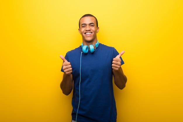 Homem americano africano, com, azul, t-shirt