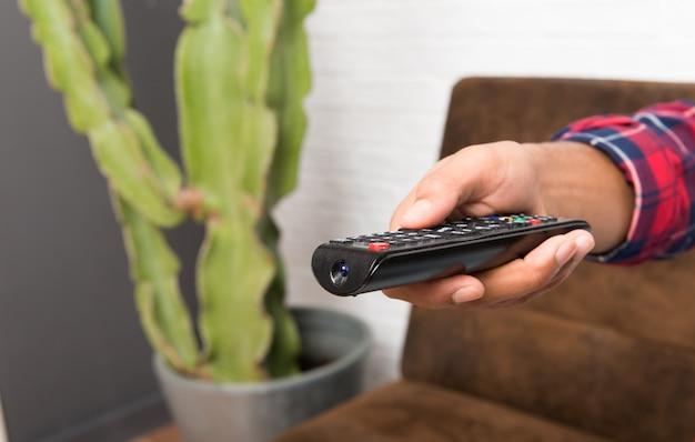 Homem americano africano, com, laptop, em, a, sala de estar, com, um, televisão remoto