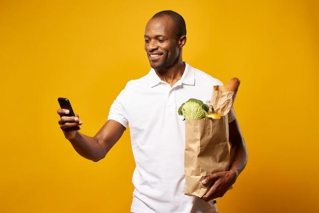 Homem americano africano, com, sacola papel