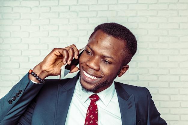 Homem americano africano, com, smartphone