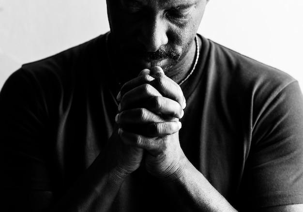 Homem americano africano, descansar, seu, queixo, ligado, seu, mãos