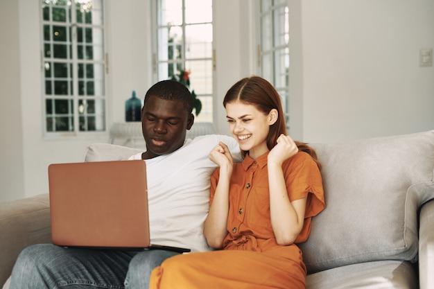 Homem americano africano, e, mulher branca, trabalhando, em, laptop freelancer casa, par