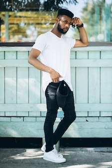 Homem americano africano, em, branca, tshirt