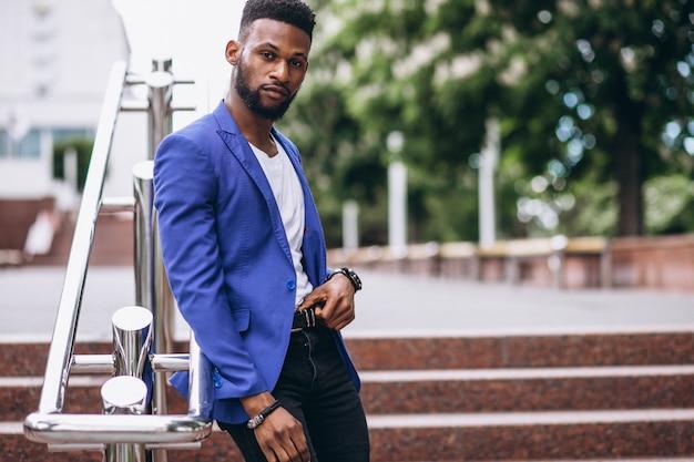 Homem americano africano, em, casaco azul