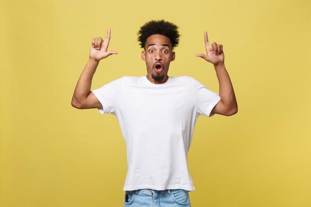 Homem americano africano, em, casual, camisa branca, tendo, excitado, olhar