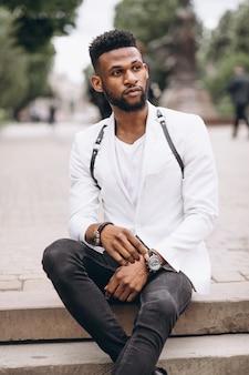 Homem americano africano, em, jaqueta branca