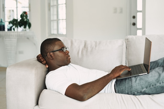 Homem americano africano, trabalhando, em, laptop freelancer