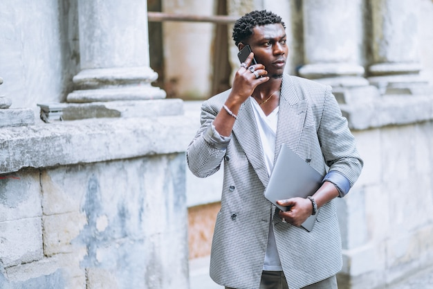 Homem americano africano, usando, telefone