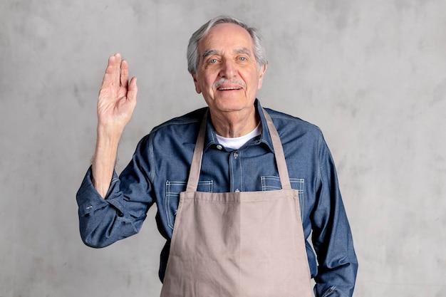 Homem americano sênior de avental