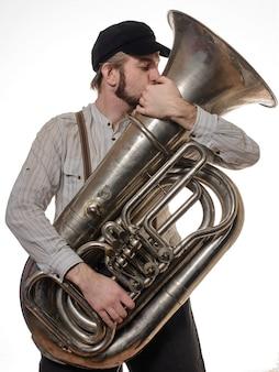 Homem amoroso de barba com suspensórios e beijos no tubo da tampa