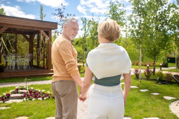 Homem amoroso olhando para sua esposa durante a caminhada